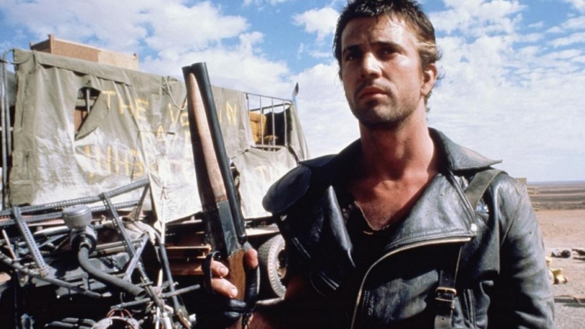 Từ năm 1979 - 1985, Mel Gibson đóng phim tại Australia, vào vai Mad Điên trong ba phần Mad Max, George Miller đạo diễn. Nhân vật của anh là mẫu người hùng thầm lặng, sinh tồn với những băng đảng tàn ác giữa thời hậu tận thế. Tạo hình nam tính, tính cách ngang tàng của nhân vật thu hút khán giả trên toàn thế giới, giúp Gibson lọt vào mắt xanh của các đạo diễn phim hành động Hollywood. Ảnh: BBC America.