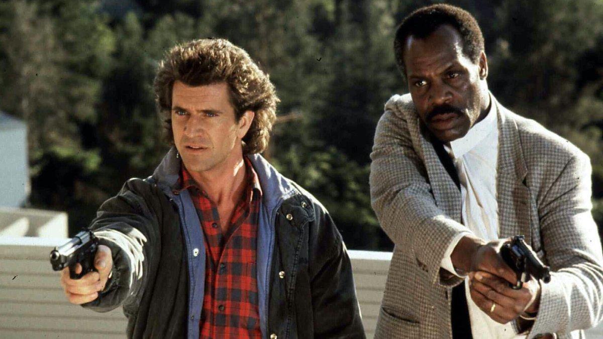 Sau Mad Max Beyond the Thunderdome (1985), Mel Gibson (trái) chuyển hẳn sang đóng phim Mỹ. Thập niên 80 - 90, ông trở thành một trong những ngôi sao hành động nổi tiếng nhất Hollywood, khi diễn chính trong  ba phần Lethal Weapon (1987 - 1989 - 1992). Hình tượng cảnh sát của ông và bạn diễn Danny Glover được giới chuyên môn khen ngợi, góp phần khởi động trào lưu phim hành động buddy cop (đôi bạn cảnh sát). Ảnh: Geektyrant.