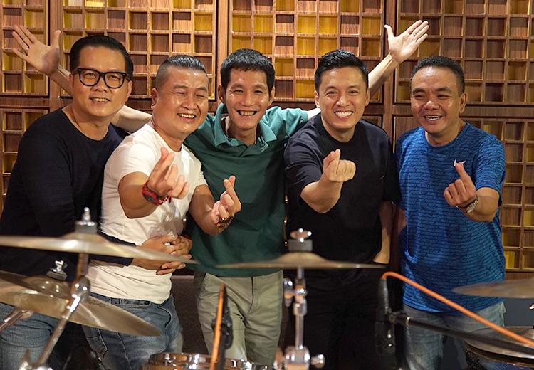 Lam Trường (thứ hai từ phải qua) tập luyện cùng ban nhạc. Ảnh: Top Liveshow.