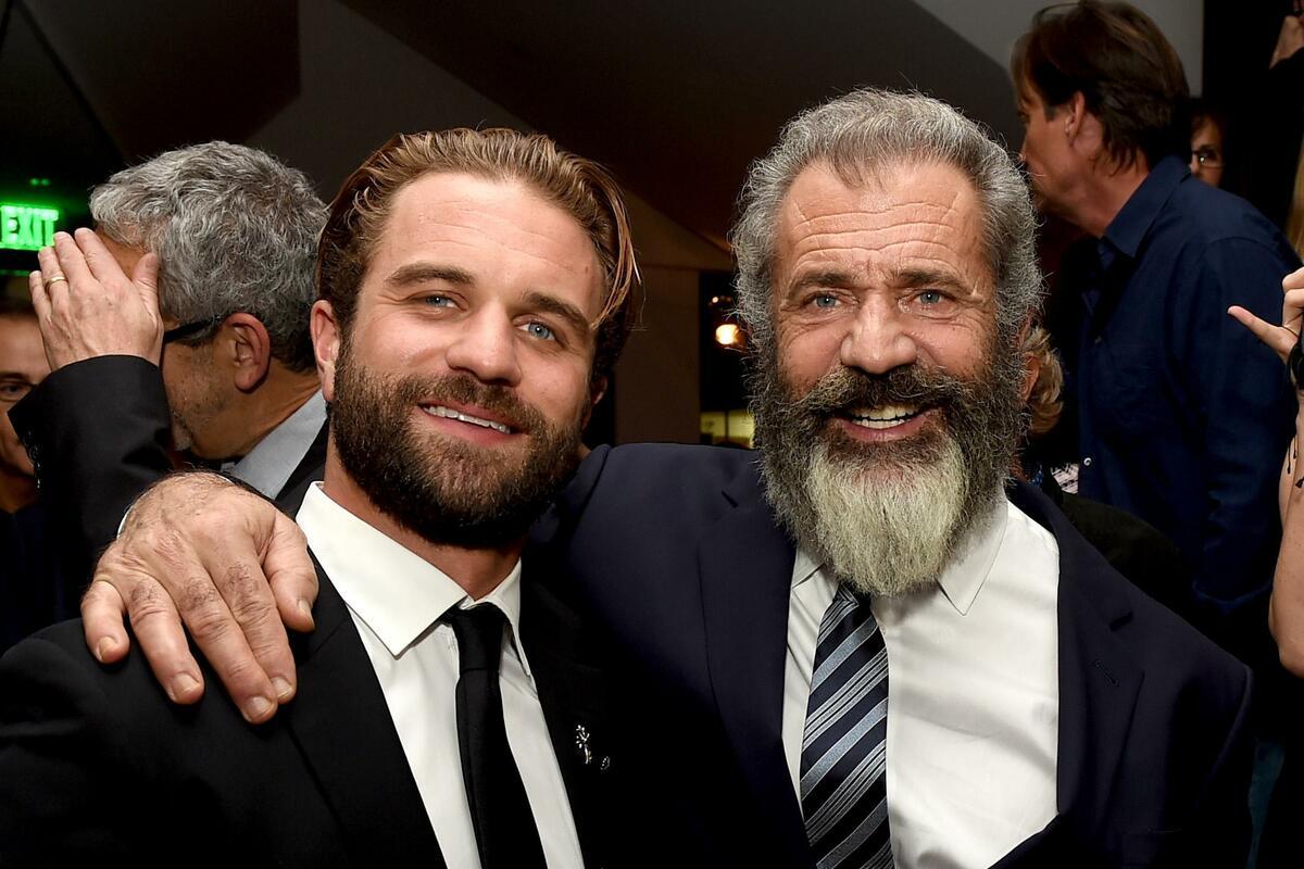 Mel Gibson (phải) cùng con trai Milo Gibson. Hiện tại, Mel Gibson đang là cha của 9 người con, trong đó Milo Gibson (sinh năm 1990) nối nghiệp diễn của cha, từng diễn trong Hacksaw Ridge. Ngoài sự nghiệp tại Hollywood, Mel Gibson còn là doanh nghiệp, nhà đầu tư nhiều dự án tại Malibu, California. Ảnh: The Times.