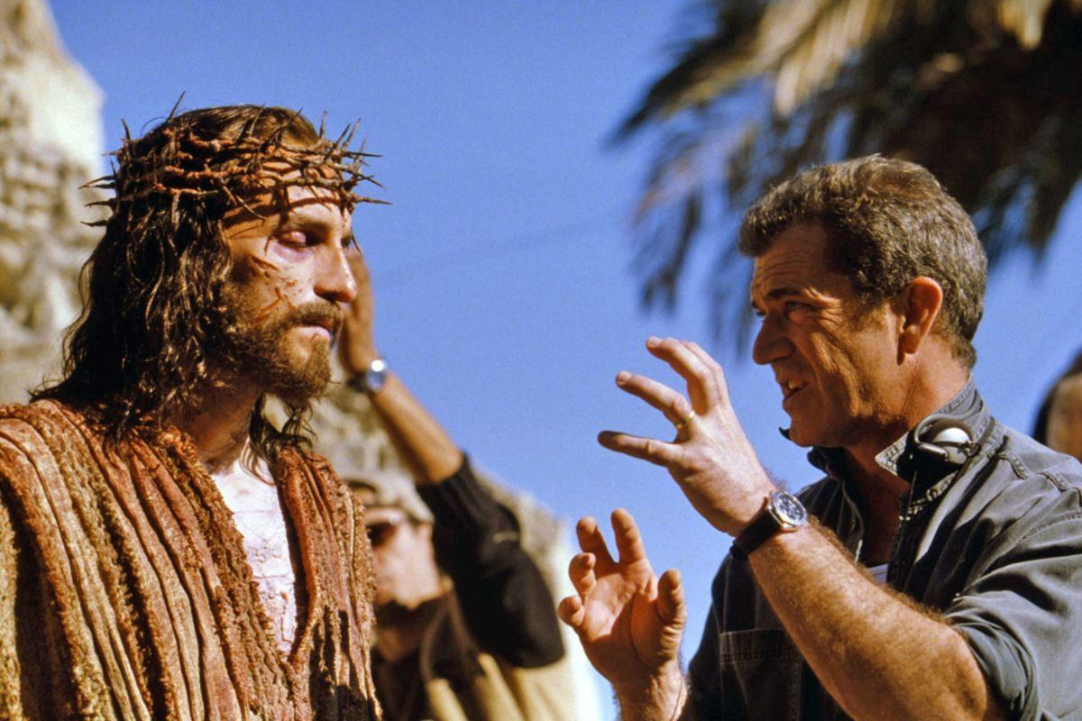 Mel Gibson tại trường quay The Passion of the Christ. Từ năm 2000, Mel Gibson ít tham gia phim lớn. Ông chuyển sang vai trò nhà sản xuất và đạo diễn, làm việc cùng xưởng phim Icon của mình. Icon tập trung mảng phim chính kịch - hình sự, với những phim tiêu biểu như The Passion of the Christ, Hunger, Infestation. Ảnh: New York Post.