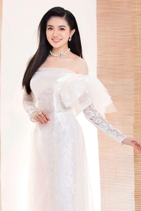 Võ Ngọc Hồng Đào sinh năm 2000, cao 1,73 m, số đo 76 - 63 - 95 cm. Cô có gương mặt sáng, nét đẹp thuần Việt.