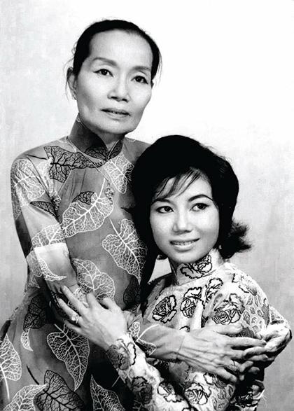 Nghệ sĩ Kim Cương bên mẹ - cố nghệ sĩ Bảy Nam. Ảnh: Nhân vật cung cấp.