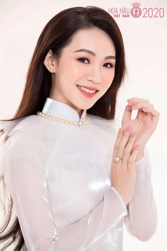 Đậu Hải Minh Anh 21 tuổi, hiện là sinh viên Đại học Kinh tế - Luật TP HCM. Trước khi đến Hoa hậu Việt Nam 2020, cô từng là Top 10 Hoa khôi Sinh viên Việt Nam 2017 và vào vòng hùng biện bằng tiếng Anh. Người đẹp tự tin nhất ở khả năng giao tiếp cả tiếng Anh lẫn tiếng Pháp.