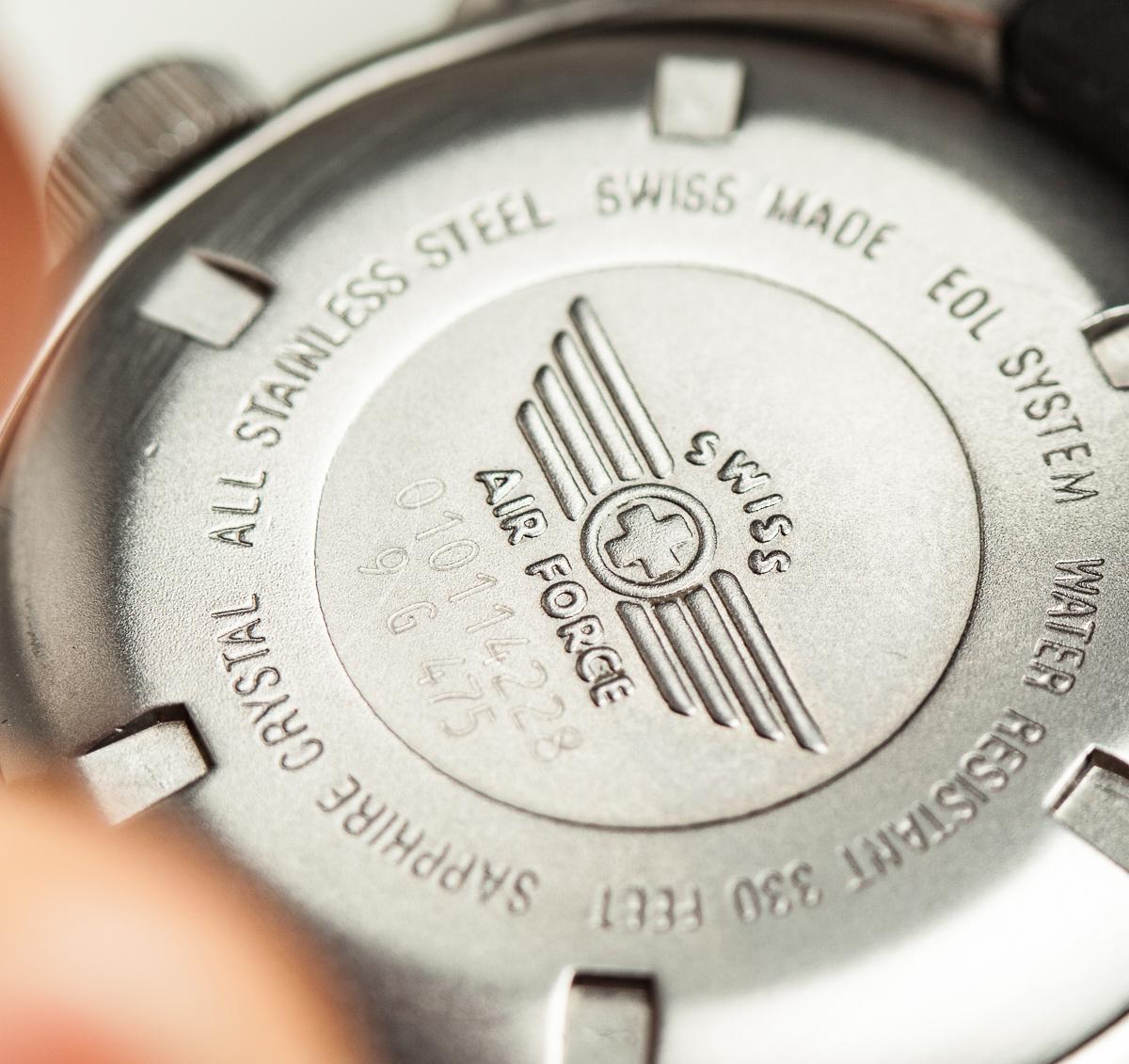 Logo được khắc trên mặt sau cỗ máy.