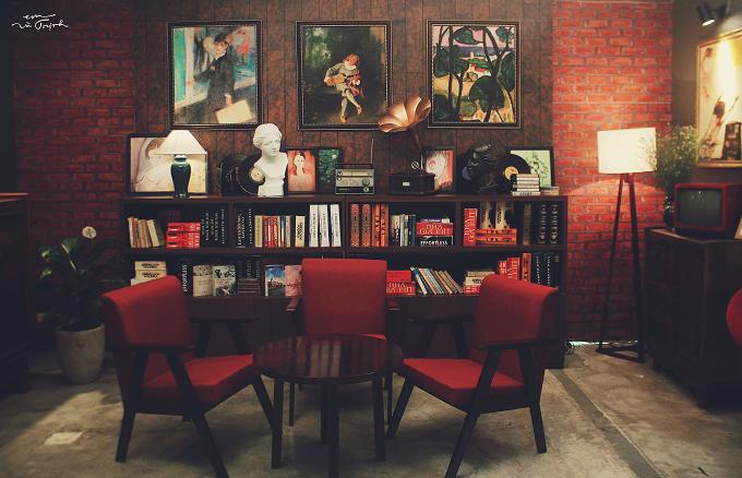 Địa điểm casting được ekip Em và Trịnh dựng lại từ nguyên bản căn phòng của Trịnh Công Sơn tại nhà riêng.