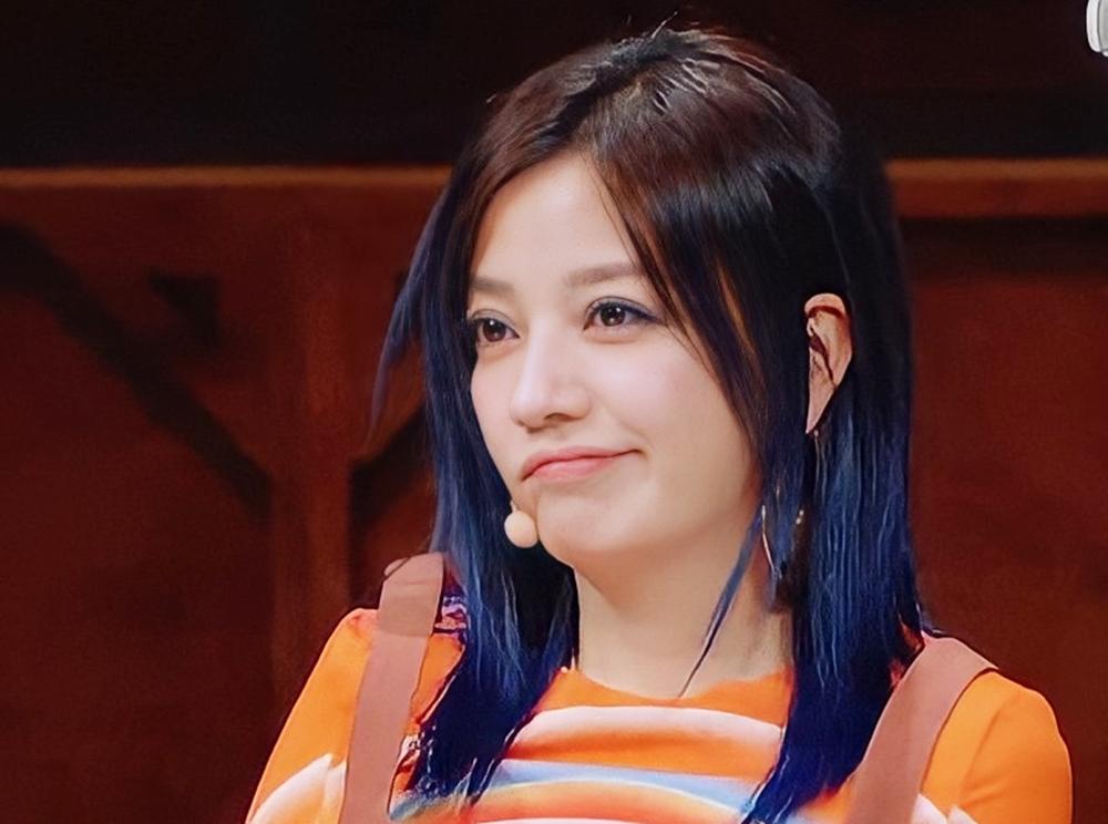 Biểu cảm của Triệu Vy khi quan sát đàn em trong show.