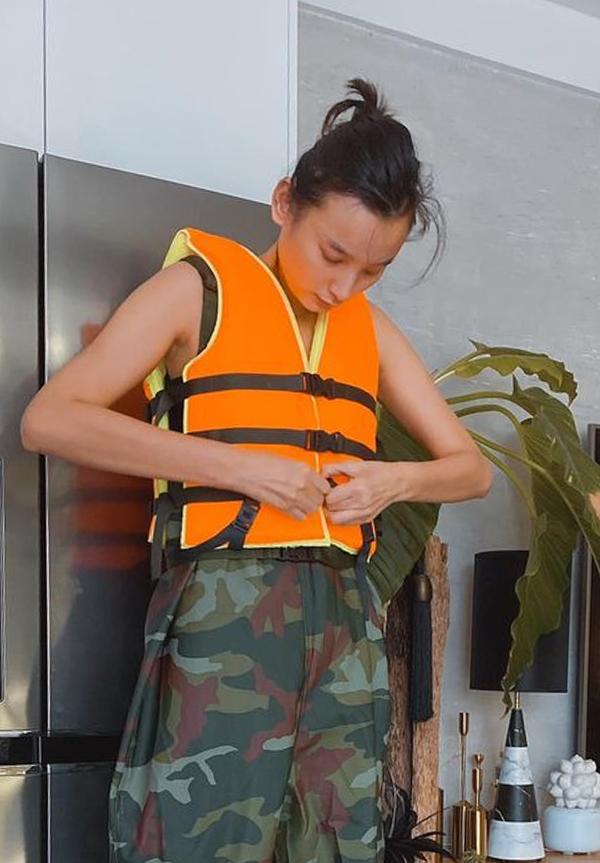 Lê Thúy chuẩn bị cho chuyến bay ra Quảng Bình giúp dân vùng lũ sáng 19/10. ảnh: Nhân vật cung cấp.