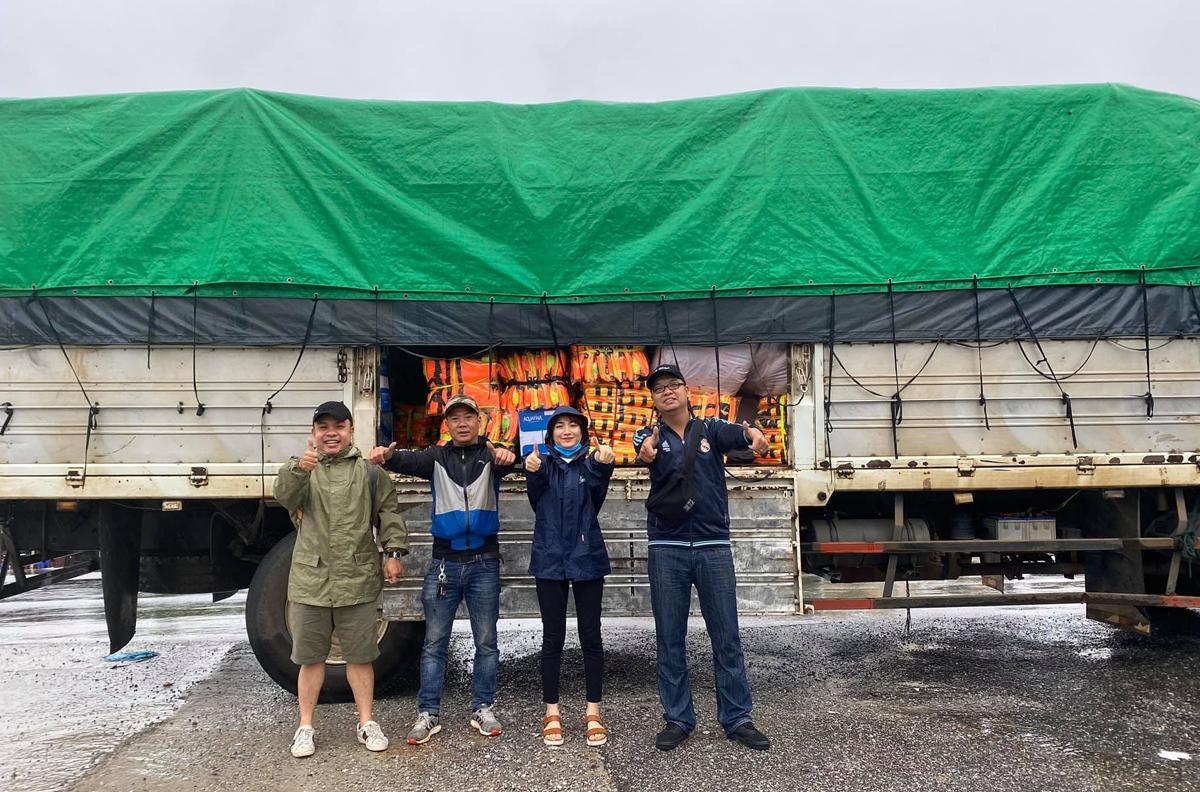 Ngày 19/10, Hòa Minzy (thứ hai từ phải sang) cùng bạn bè đến huyện Quảng Trạch (Quảng Bình) với một xe tải áo phao và bánh mì, cháo tươi không cần nước dành cho người già và trẻ em.
