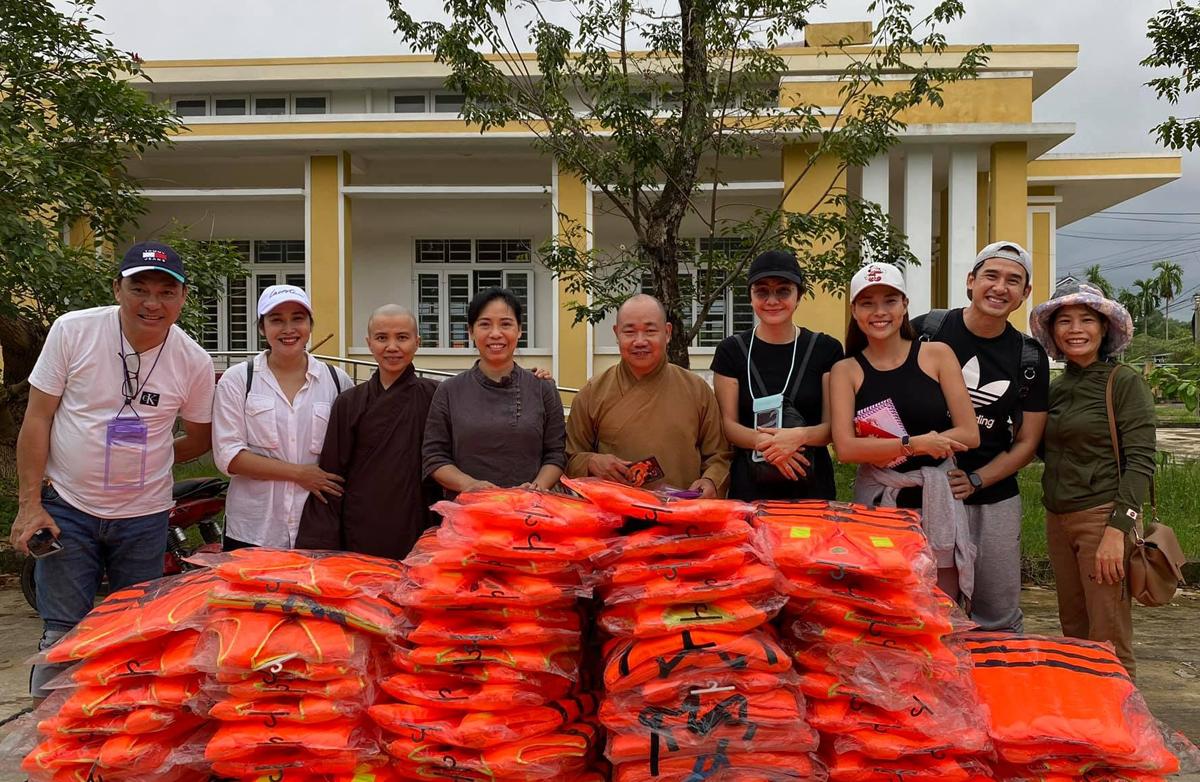 Trước một ngày, đoàn của vợ chồng diễn viên mang theo áo phao đến huyện Phú Lộc (Huế).