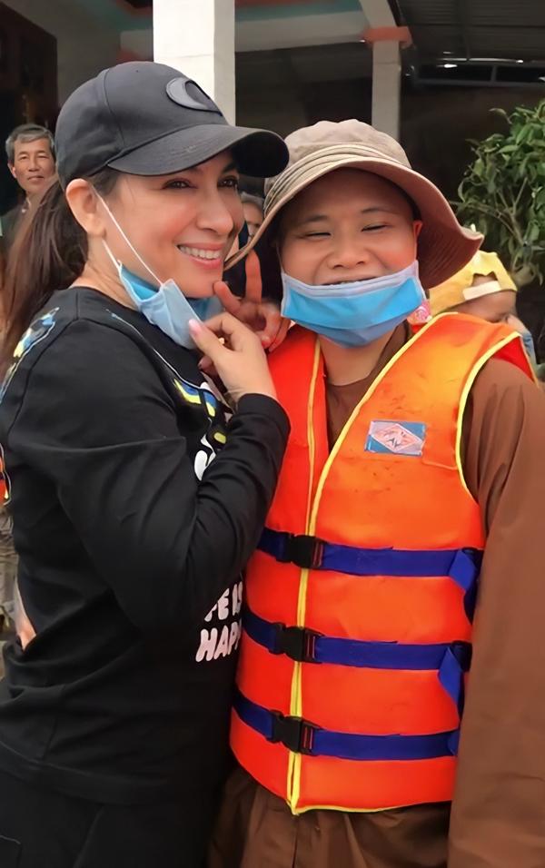 Ca sĩ Phi Nhung cũng kêu gọi được hơn 800 triệu đồng và cùng đoàn tình nguyện bay ra Huế hồi ngày 20/10.