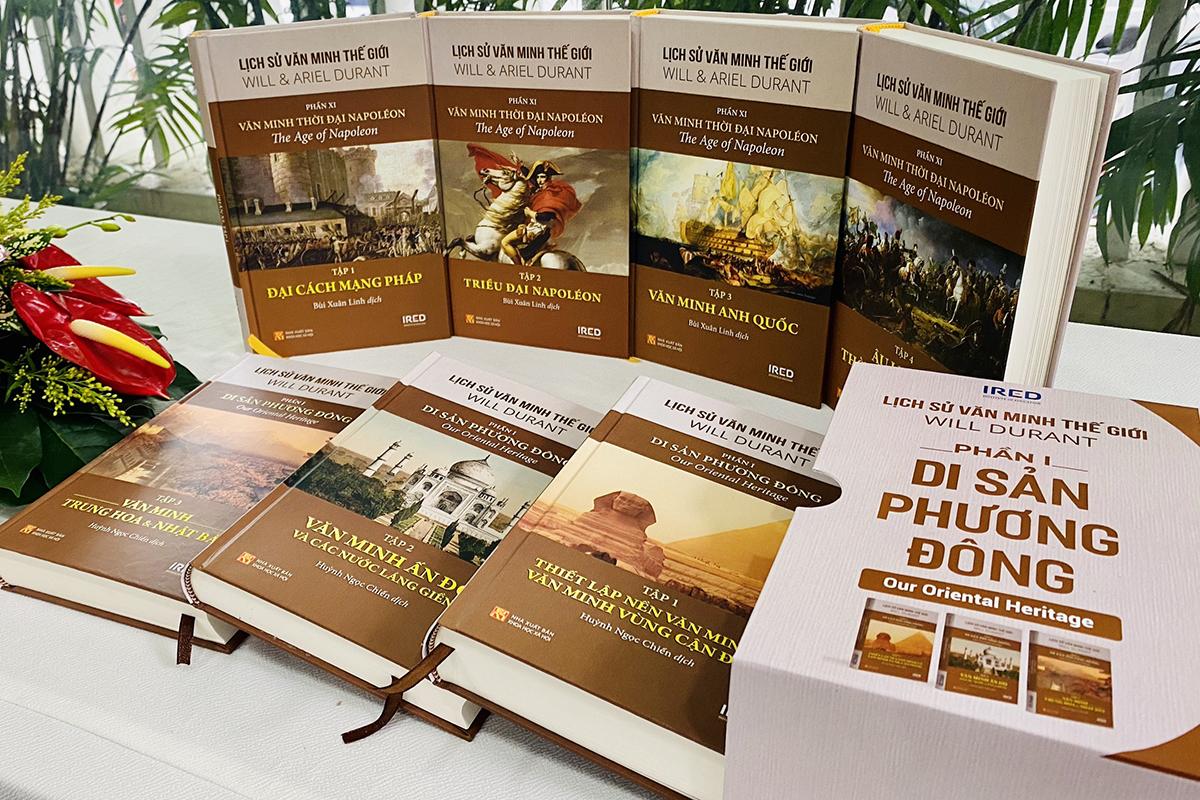 Phần một Di sản Phương Đông gồm ba cuốn, do Huỳnh Ngọc Chiến dịch, Will Durant sáng tác độc lập. Phần 11 Thời Đại  Napoléon - đồng tác giả Will Durant, Ariel Durant, do dịch giả Bùi Xuân Linh thực hiện, gồm bốn cuốn (đứng). Ảnh: IRED.