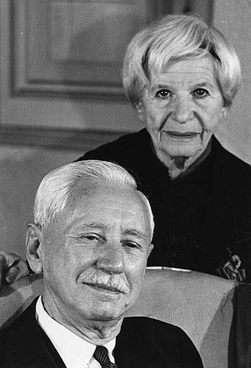 Will Durant và vợ Ariel Durant. Ông mất lúc 96 tuổi, bà qua đời lúc 83 tuổi. Ảnh AP.