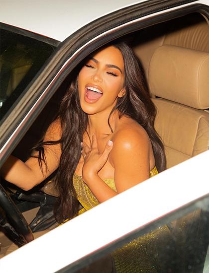 Kim Kardashian lái thử chiếc xe do mẹ và chị em tặng.