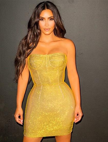 Kim Kardashian diện bộ đầm quây ngực màu vàng của hãng Dolce & Gabbana.