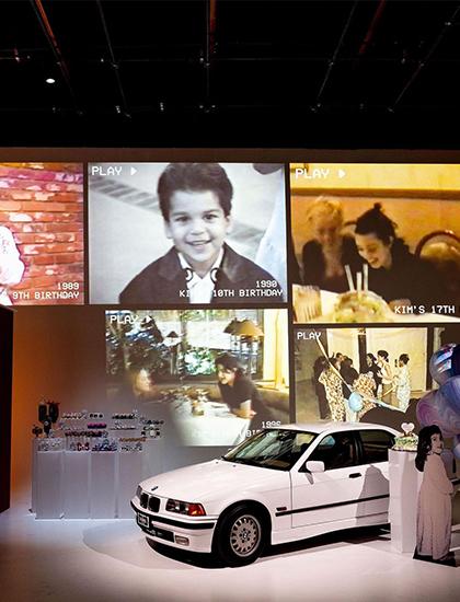 Chủ đề bữa tiệc là tái hiện những khoảnh khắc sinh nhật của Kim từ trước đến nay. Gia đình chiếu lại những khoảnh khắc thời thơ ấu của Kim Kardashian. Mẹ và các chị em mua chiếc ôtô cùng mẫu mã với chiếc xe đầu tiên cô được tặng trong tiệc sinh nhật 18 tuổi vào 24 năm trước.