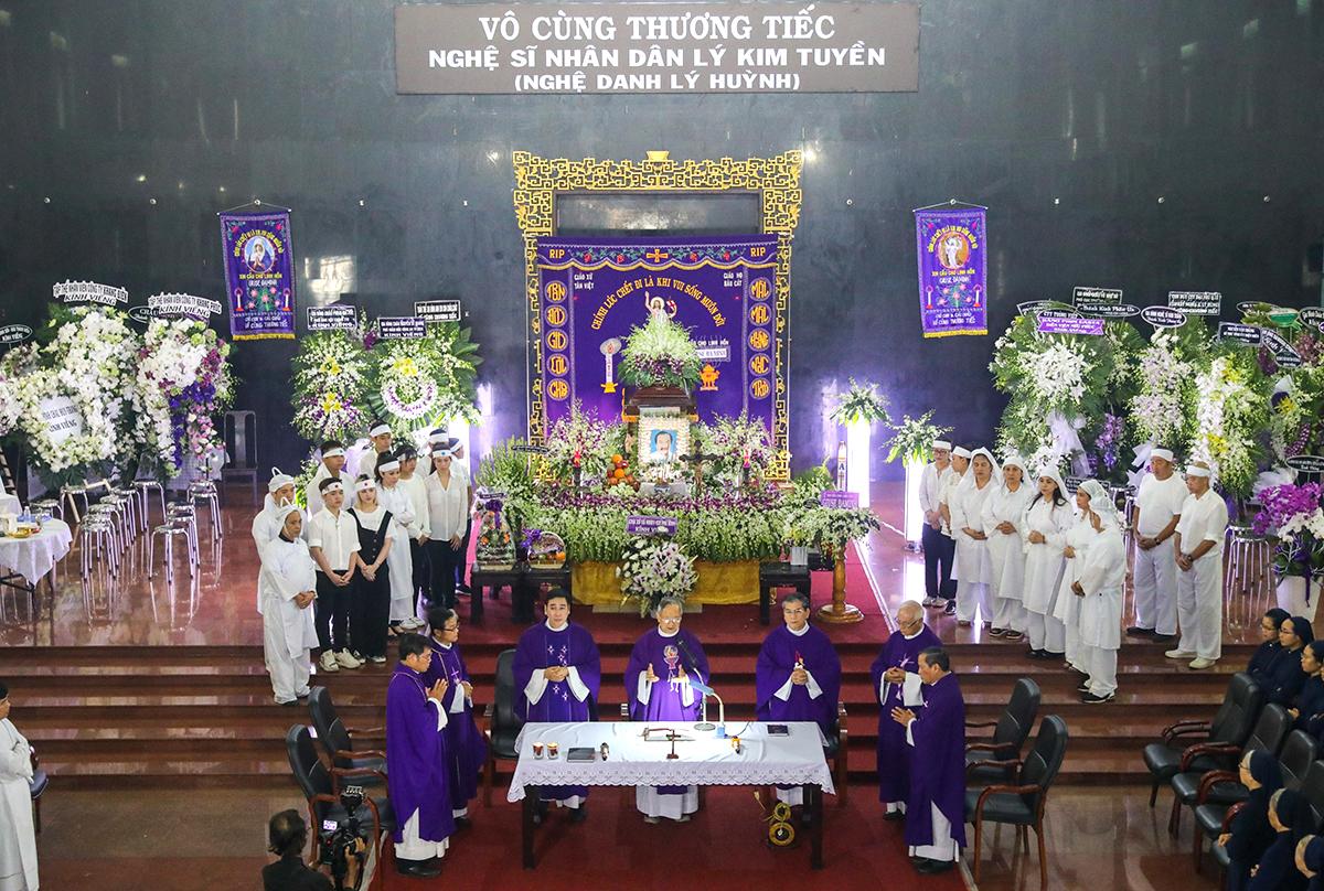 Lễ tang nghệ sĩ Lý Huỳnh diễn ra sáng 24/10 tại Nhà tang lễ Bộ Quốc phòng, quận Gò Vấp, TP HCM. 10h ngày 24/10, linh cữu được an táng nghĩa trang Phúc An Viên (quận 9).