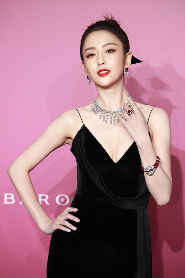Đồng Lệ Á diện thiết kế hai dây xẻ ngực, chất liệu nhung đen tôn da, kết hợp trang sức màu đỏ mận. Trên Weibo, nhiều khán giả khen diễn viên đẹp, quyến rũ. Đồng Lệ Á thuộc nhóm sao nổi bật hàng đầu Trung Quốc trong lĩnh vực thời trang, là đại sứ của một số thương hiệu quốc tế.