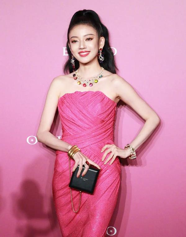 Diễn viên Hà Thụy Hiền diện đầm cúp ngực hồng nổi bật. Cô sinh năm 1994 ở Quý Châu, Trung Quốc, tốt nghiệp Học viện Điện ảnh Bắc Kinh. Gần đây, diễn viên được chú ý nhờ vai Đường Xán trong phim Lấy danh nghĩa người nhà.