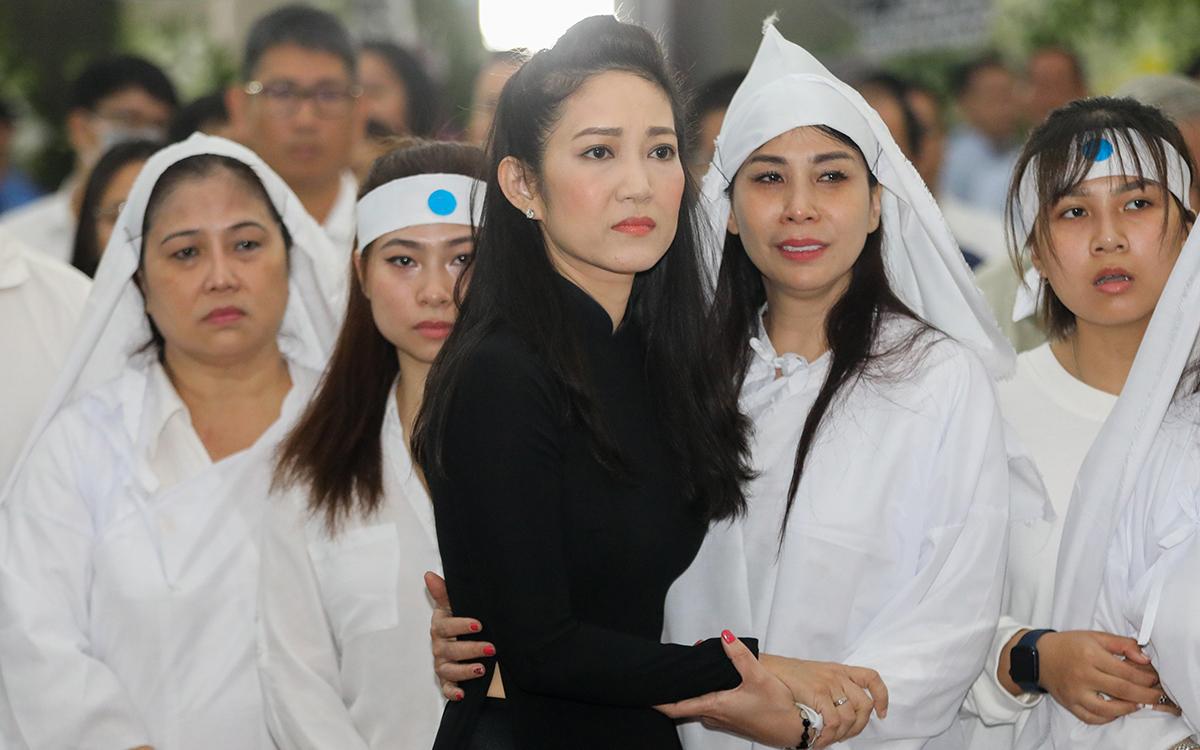 Diễn viên Lý Hương - con út nghệ sĩ Lý Huỳnh (thứ hai từ phải qua) - bên bà Thanh Thúy (áo đen) - Phó Giám đốc Sở Văn hóa, Thể thao TP HCM - tại tang lễ.