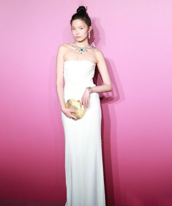 Siêu mẫu Thư Hiểu Văn khoe dáng trong thiết kế cúp ngực dáng dài.