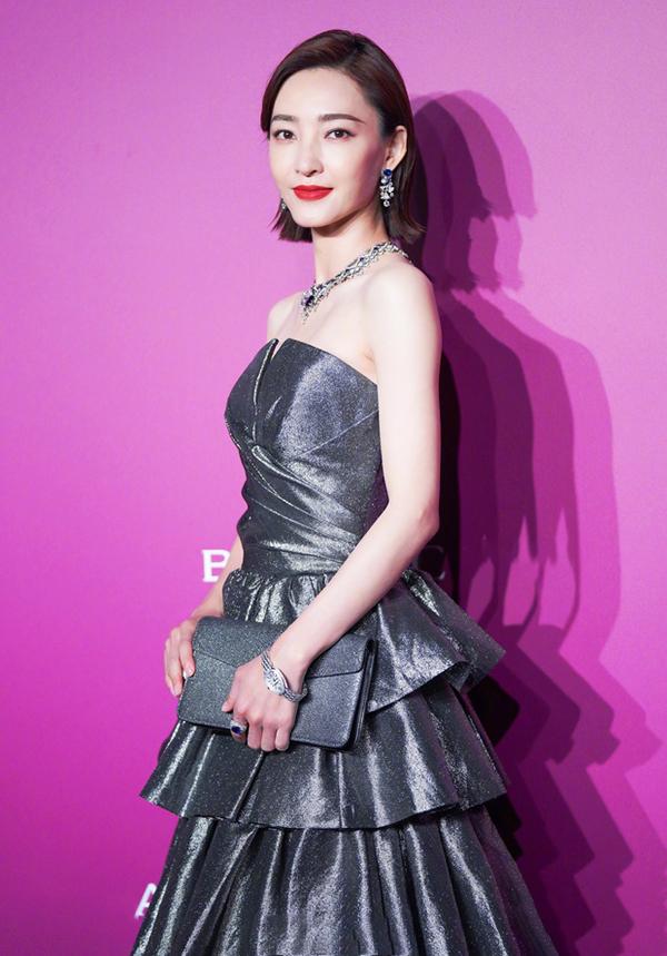 Đát Kỷ Vương Lệ Khôn diện thiết kế xếp tầng màu bạc. Hơn hai năm trở lại đây, cô không đóng phim, chỉ tham gia chương trình giải trí, sự kiện. Cô còn vướng ồn ào tình cảm với Lâm Canh Tân.