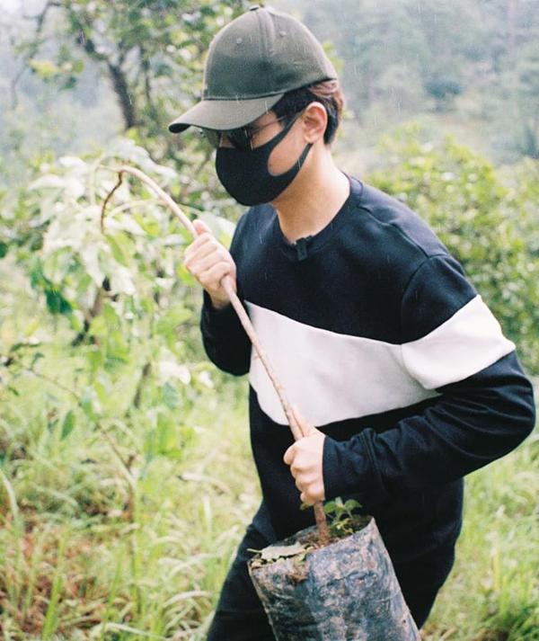 Hà Anh Tuấn trồng cây gây rừng tại bán đảo Sơn Trà, Đà Nẵng, hồi tháng 8. Ảnh: Nhân vật cung cấp.