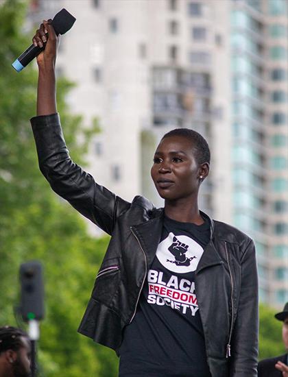 Cô tích cực tham gia các hoạt động xã hội, đặc biệt là những chiến dịch chống phân biệt chủng tộc, bình đẳng giới.