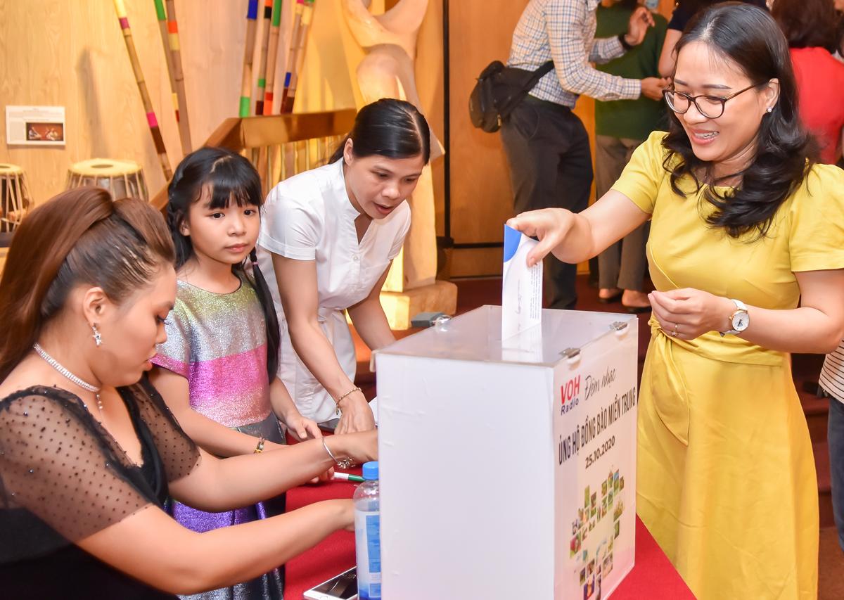 Khán giả quyên góp cho đêm nhạc Việt Nam tử tế. Ảnh: Nguyễn Nam.