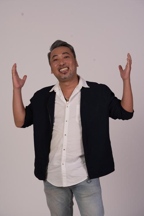 Nguyễn Quang Dũng, hay Dũng Khùng (18/12/1978) là con trai cố nhà văn Nguyễn Quang Sáng. Trước Tiệc trăng máu, anh là đạo diễn các phim Việt nổi tiếng như: Nụ hôn thần chết (2008), Mỹ nhân kế (2013), Tháng năm rực rỡ (2018),...  Ảnh: Nhân vật cung cấp.