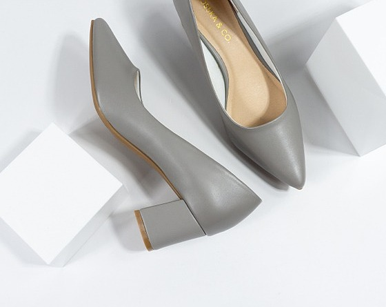 Fashionable pointed Erosska high heel shoe basic design 5cm high EP011 420.000đ169.000 High quality PU leather - soft lining Material sole material: High quality TPR rubber sole, ensure adhesion and super smooth.  Avoid carrying the product in rainy weather or bad weather so that it does not get wet, leading to peeling Store the product in a cool place to keep the product's quality at its best.