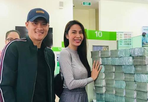 Vợ chồng Thủy Tiên rút tiền để trao tặng người dân, sáng 29/10. Ảnh: Fanpage Thủy Tiên.