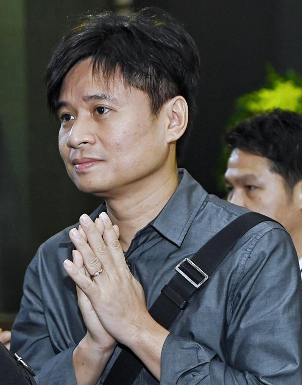 Ca sĩ Tấn Minh trong dòng người tới viếng.