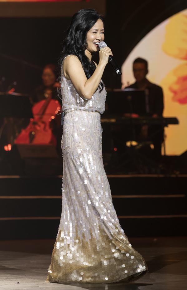 Là một trong những khách mời của đêm nhạc, Hồng Nhung chọn các ca khúc Đêm nằm mơ phố (Việt Anh), Hãy yêu nhau đi (Trịnh Công Sơn). Vừa hát, cô vừa trò chuyện, giao lưu với khán giả tạo không khí thân mật.