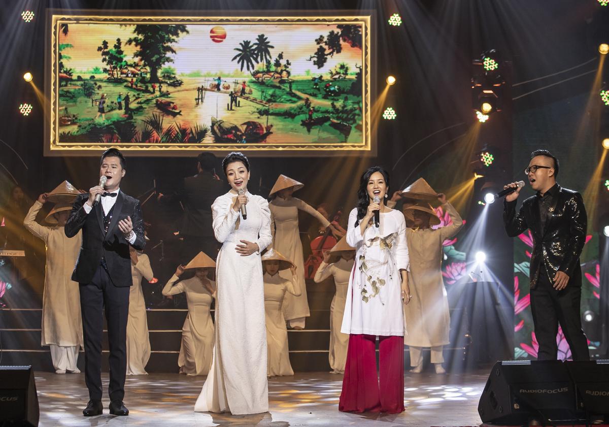 Nhạc phẩm Quê hương lần đầu được hòa âm với dàn nhạc giao hưởng, được bốn giọng ca (từ phải sang): Nhật Minh, Hồng Nhung, Phạm Thu Hà, Quang Dũng mang lại cảm xúc ấn tượng cho khán giả tại đêm diễn.