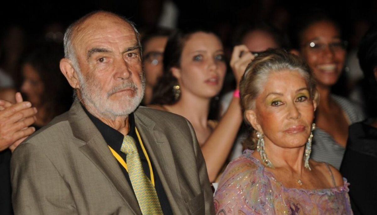 Sean Connery (trái) chụp ảnh cùng vợ, năm 2019. Ảnh: Tips for Women.