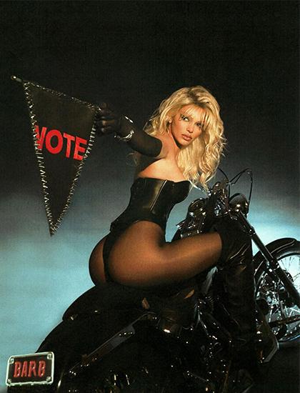 Kendall Jenner hóa trang thành bom sex Pamela Anderson trong phim Barb Wire (1996). Qua bộ trang phục, cô kêu gọi người dân Mỹ cùng đi bầu cử tổng thống Mỹ.