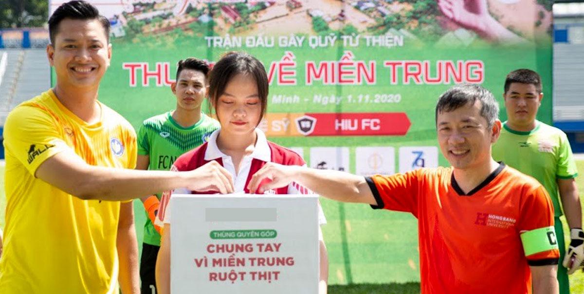 Hồ Đức Vĩnh (trái) tổ chức trận bóng gây quỹ vì miền Trung. Ảnh: Nhân vật cung cấp.