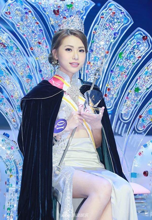 Thái Tiểu Điệp giành vương miện cùng phần thưởng tiền mặt trị giá 100.000 nhân dân tệ (hơn 346 triệu đồng) trong đêm chung kết diễn ra tại Tai Po tối 1/11. Cô còn chiến thắng ở phần thi tài năng khi chơi đàn Ukulele và hát ca khúc thiếu nhi Little Hands. Ảnh: Sina.