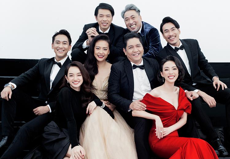 Đạo diễn Quang Dũng (hàng trên, bên phải) cùng bảy diễn viên chụp ảnh mừng phim đạt 100 tỷ đồng. Ảnh: Phương Anh.
