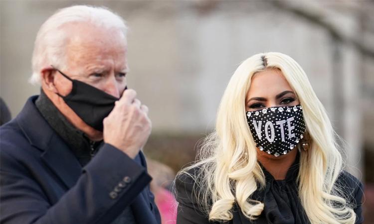 Lady Gaga (phải) đến ủng hộ buổi vận động tranh cử của Joe Biden ở Pennsylvania. Ảnh: Reuters.