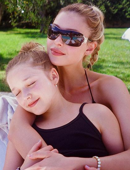 Nicola Peltz thân thiết với gia đình Beckham. Hồi tháng 4, cô đăng bức ảnh chụp cùng em gái út của Brooklyn, Harper Beckham.