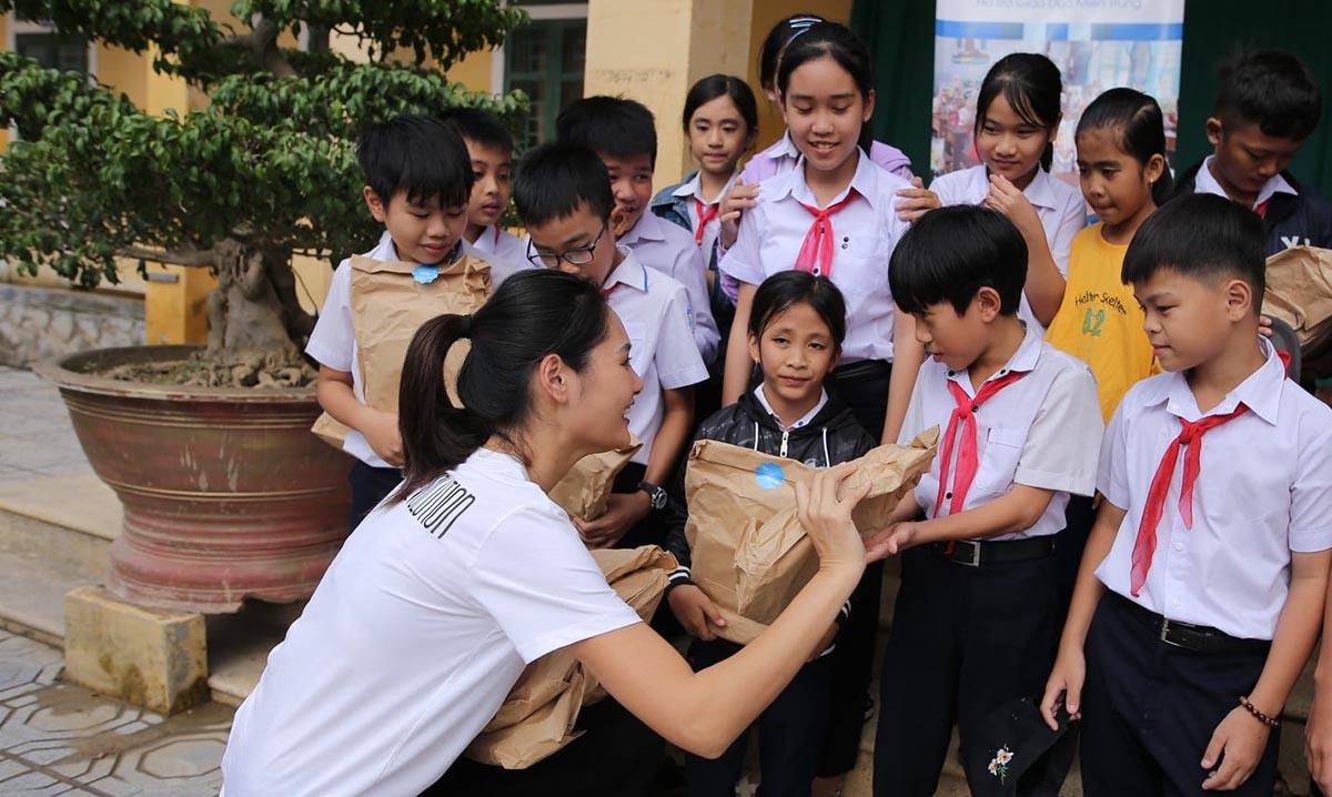 Trong hai ngày 3, 4/11, hoa hậu Hương Giang giao 3000 phần quà tới học sinh của trường ở Huế, Quảng Trị. Ngoài ra mỗi người, cô gửi thêm một triệu đồng để bổ sung thêm cơ sở vật chất.