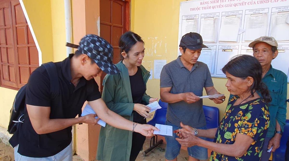 Vợ chồng Lý Hải - Minh Hà đến Bắc Trà My (Quảng Nam) hỗ trợ những gia đình có hoàn cảnh thương tâm vì sạt lỡ đất. Trong đợt quyên góp vì bão lũ, cả hai kêu gọi hơn 6 tỷ đồng và chia làm nhiều đợt cứu trợ miền Trung.
