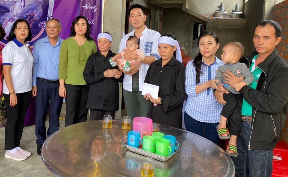 Ca sĩ Nguyễn Phi Hùng (thứ năm từ trái sang) tham gia đoàn từ thiện do Phó chủ tịch Hội đồng nhân dân TP HCM - Phan Thị Thắng làm trưởng đoàn, thăm hỏi những thân nhân các chiến sĩ hy sinh ở Rào Trăng 3 và người dân bị lũ cuốn tại Hà Tĩnh. Gia đình liệt sĩ được đoàn hỗ trợ 100 triệu đồng.