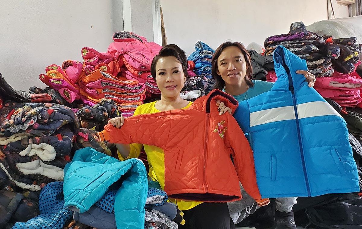 Vợ chồng Việt Hương hỗ trợ hàng trăm chiếc áo ấm cho trẻ em vùng bão lũ.