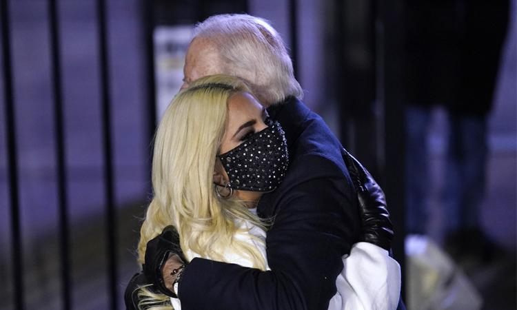 Lady Gaga đăng ảnh ôm Joe Biden trên mạng xã hội, chúc mừng ông đắc cử. Ảnh: Lady Gaga Twitter.