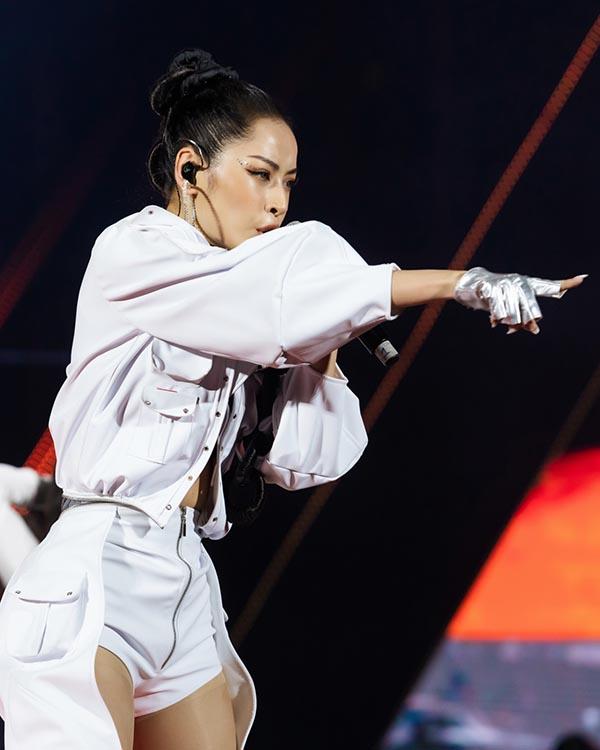 Tại đêm nhạc, Chi Pu mang đến loạt ca khúc Đóa hoa hồng (Andiez Nam Trương), Talk to me (Triple D), Từ hôm nay (nhạc Hàn Quốc, Trang Pháp viết lời Việt)... dưới sự cổ vũ của gần 1.000 khán giả.