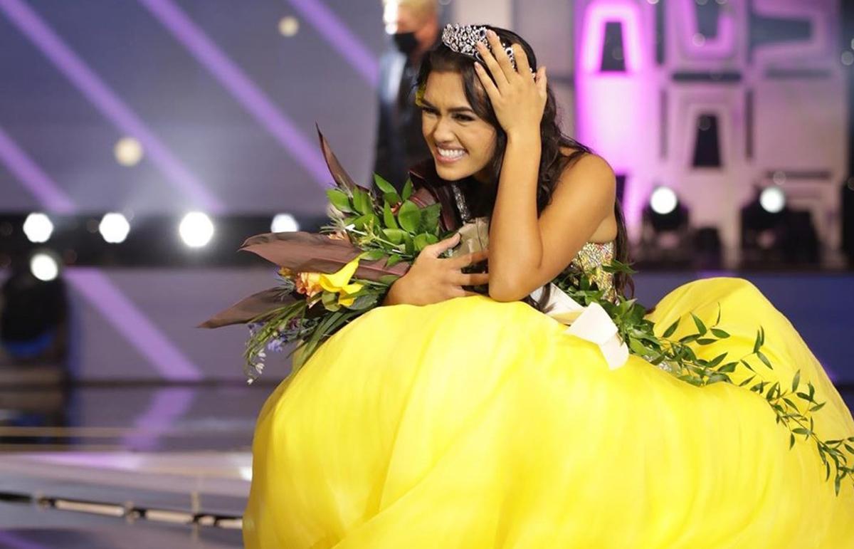 Kiilani Arruda sinh năm 2002, từng đăng quang Miss Kauai Teen USA 2019 và Miss Hawaii Teen USA 2020. Theo The Garden Island, Kiilani Arruda gây cười khi ngồi thụp xuống sân khấu rất lâu. Ảnh: Miss Teen USA.