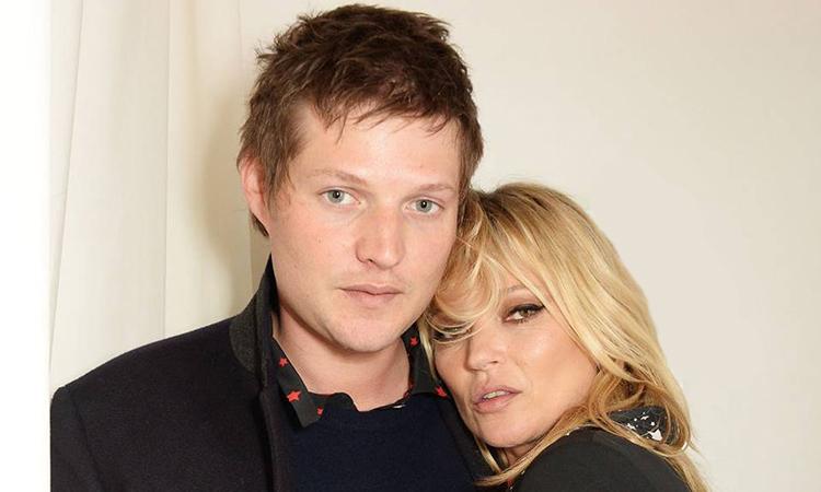 Kate Moss phủ nhận đính hôn